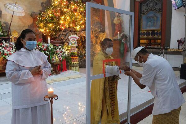 Люди во время праздничной службы в церкви в Бандунге, Индонезия  - Sputnik Latvija