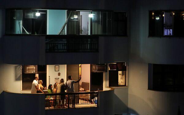 Семья празднует Сочельник на балконе в Рио-де-Жанейро, Бразилия - Sputnik Latvija