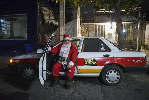 Таксист в костюме Санта-Клауса в мексиканском городе Бока-дель-Рио - Sputnik Latvija