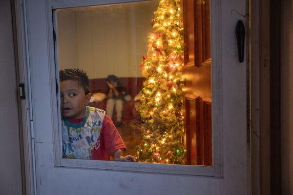 Семилетний мигрант из Гватемалы, семья которого больна коронавирусом, в своем доме в Стэмфорде - Sputnik Latvija
