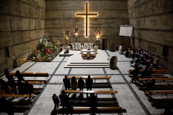 Прихожане на рождественской мессе в католической церкви Святого Сердца Иисуса в Подгорице, Черногория - Sputnik Latvija
