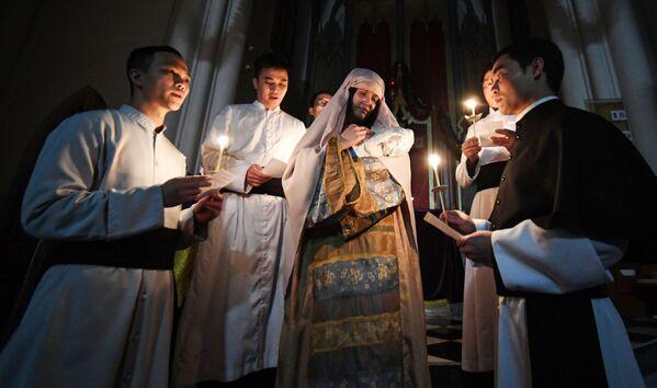 Священнослужители во время службы на праздновании Рождества Христова в католической церкви пресвятой Богородицы во Владивостоке - Sputnik Latvija