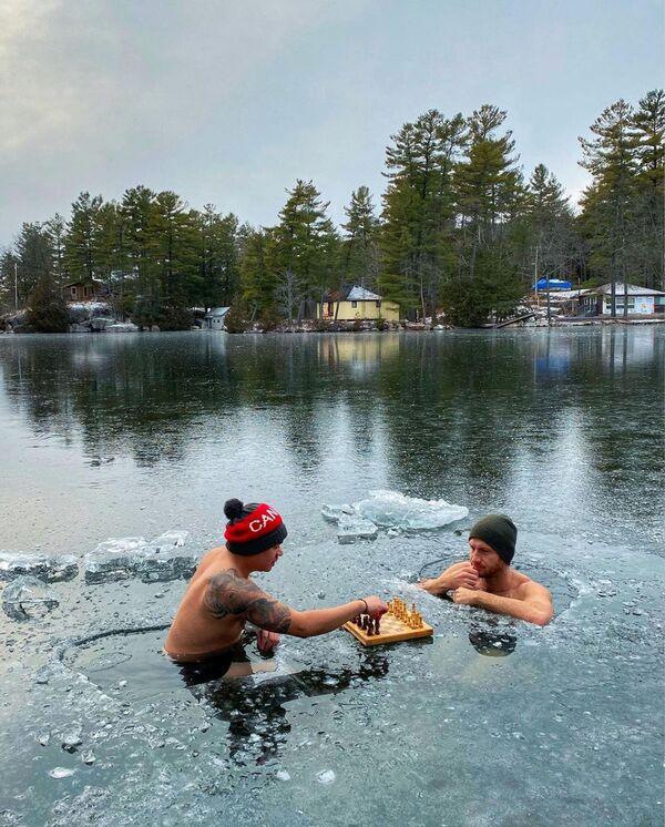 Ник Макнот и Рон Бэт играют в шахматы на льду в Оук-Лейк, Онтарио, Канада - Sputnik Latvija