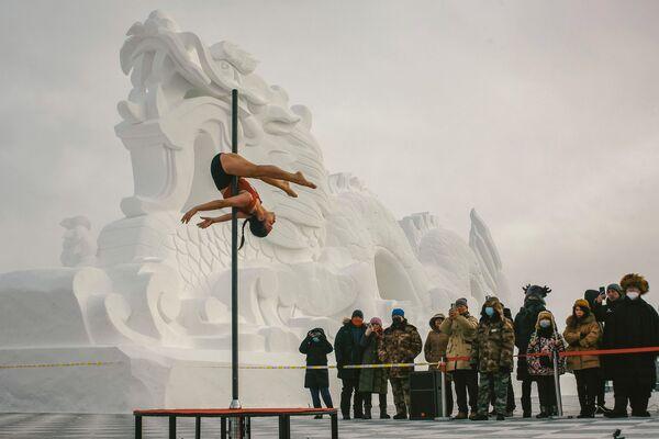 Соревнования по танцам на пилоне при температуре -30 в провинции Хэнглунцзян, Китай - Sputnik Latvija