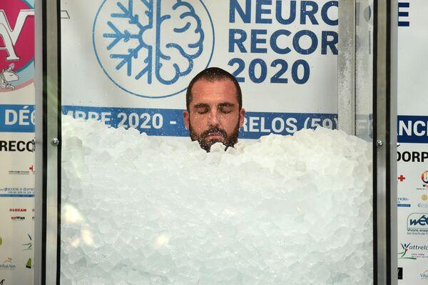 Житель Франции Ромен Вандендорп во время мирового рекорда по длительности пребывания в емкости со льдом - Sputnik Latvija