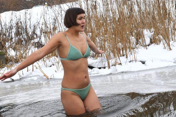 Девушка во время открытия сезона зимнего купания на озере Блюдце в Новосибирске - Sputnik Latvija