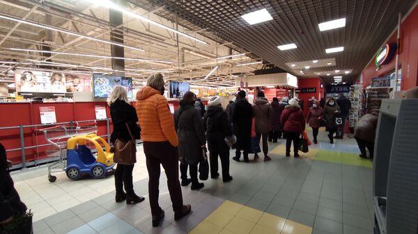 Очередь на вход в торговый зал супермаркета Rimi в Риге - Sputnik Latvija