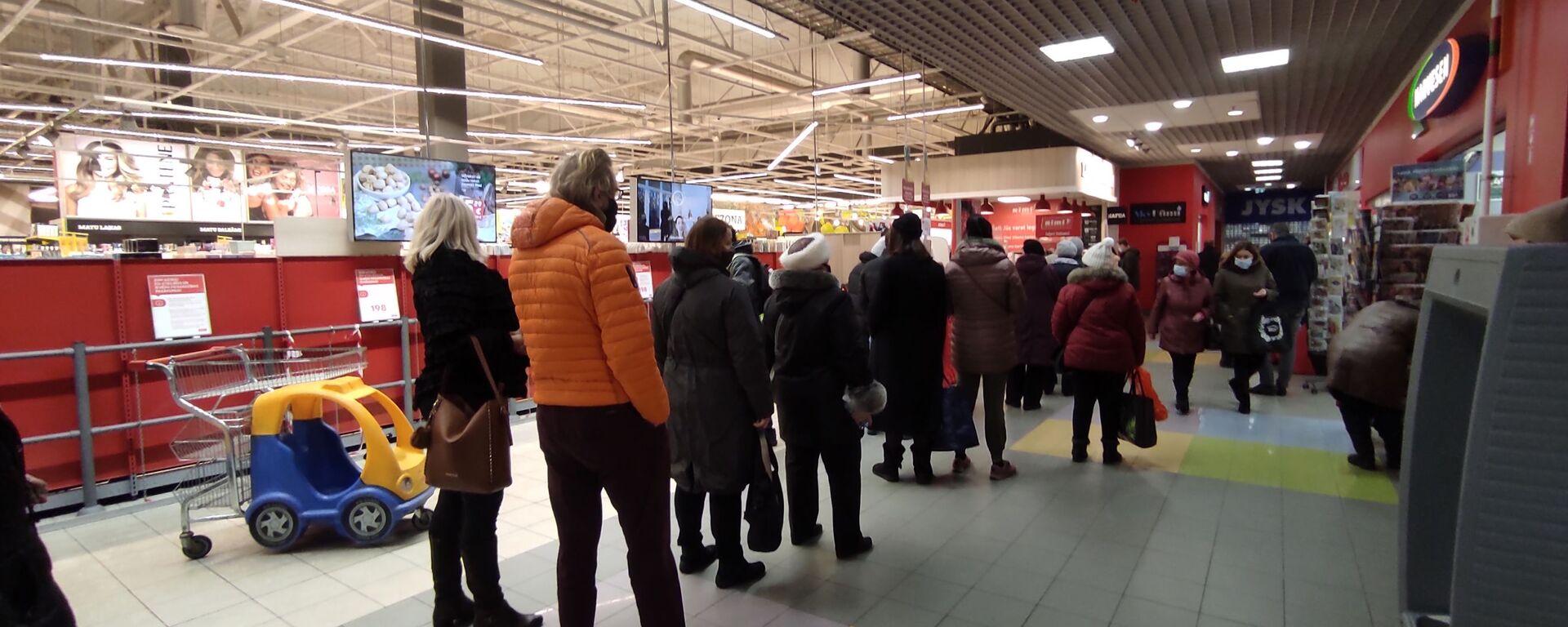Очередь на вход в торговый зал супермаркета Rimi в Риге - Sputnik Latvija, 1920, 02.04.2021