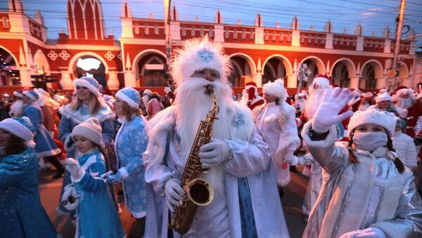 Участники парада Дедов Морозов и Снегурочек - Sputnik Латвия