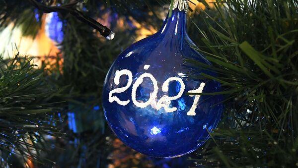 Новогодний шар на елке - Sputnik Латвия