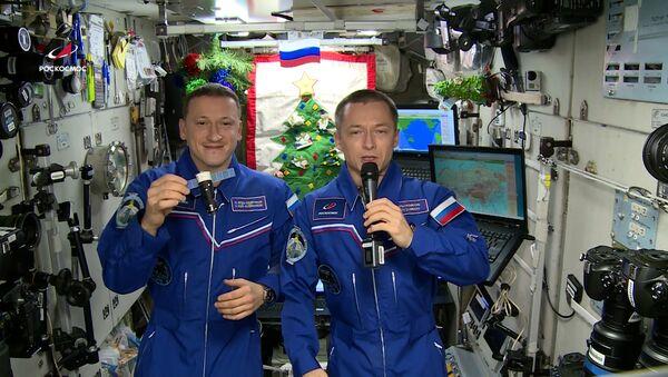 Космонавты с орбиты поздравили жителей Земли с Новым годом - Sputnik Latvija