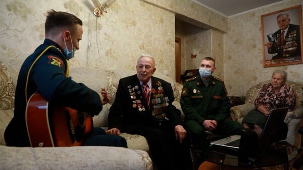 Поздравления и концерт для ветерана Великой Отечественной войны из Новосибирска - Sputnik Латвия