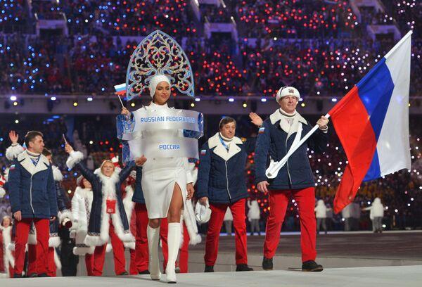 Знаменосец сборной России Александр Зубков и модель Ирина Шейк на церемонии открытия XXII зимних Олимпийских игр в Сочи  - Sputnik Латвия
