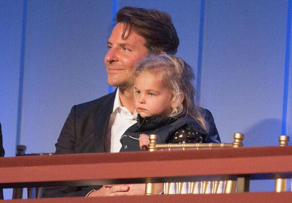 Брэдли Купер с дочерью Леей - Sputnik Латвия