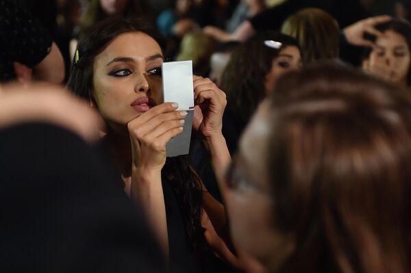 Ирина Шейк перед показом модного дома Versace в рамках Недели моды в Милане - Sputnik Латвия