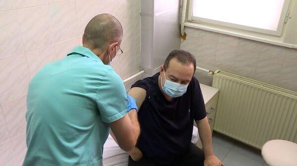 Спикер парламента и глава МВД Сербии привились от коронавируса российской вакциной Спутник V - Sputnik Latvija