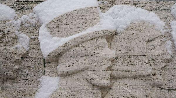 Снег на барельефе памятника Свободы в Риге - Sputnik Латвия