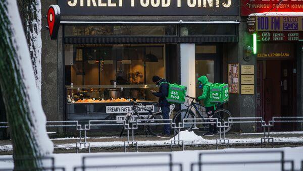 Доставщики еды на велосипедах ожидают готовности заказа - Sputnik Латвия