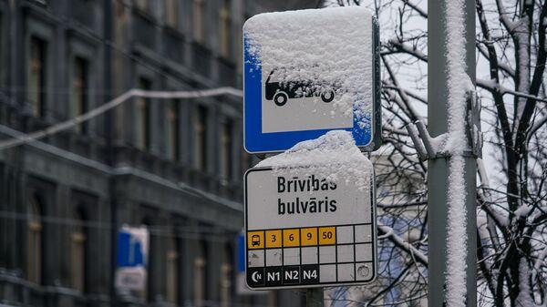 Указатель на остановке общественного транспорта в Риге - Sputnik Латвия