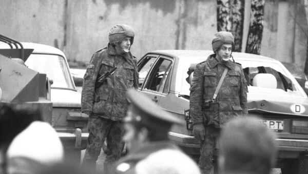 Бойцы отряда милиции особого назначения МВД СССР на улице Вильнюса 12 января 1991 года - Sputnik Латвия