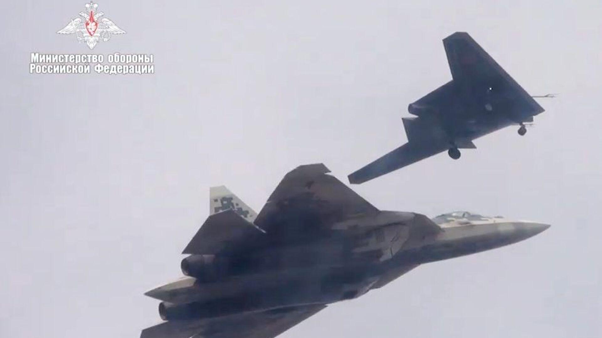 Новейший ударный беспилотник Охотник совершил первый совместный полет с Су-57 - Sputnik Латвия, 1920, 03.07.2021