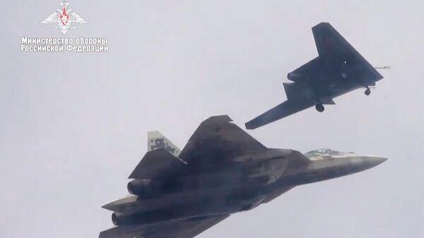 Новейший ударный беспилотник Охотник совершил первый совместный полет с Су-57 - Sputnik Латвия