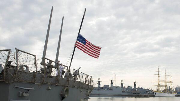 Моряки поднимают флаг на эсминце ВМС США Портер - Sputnik Latvija