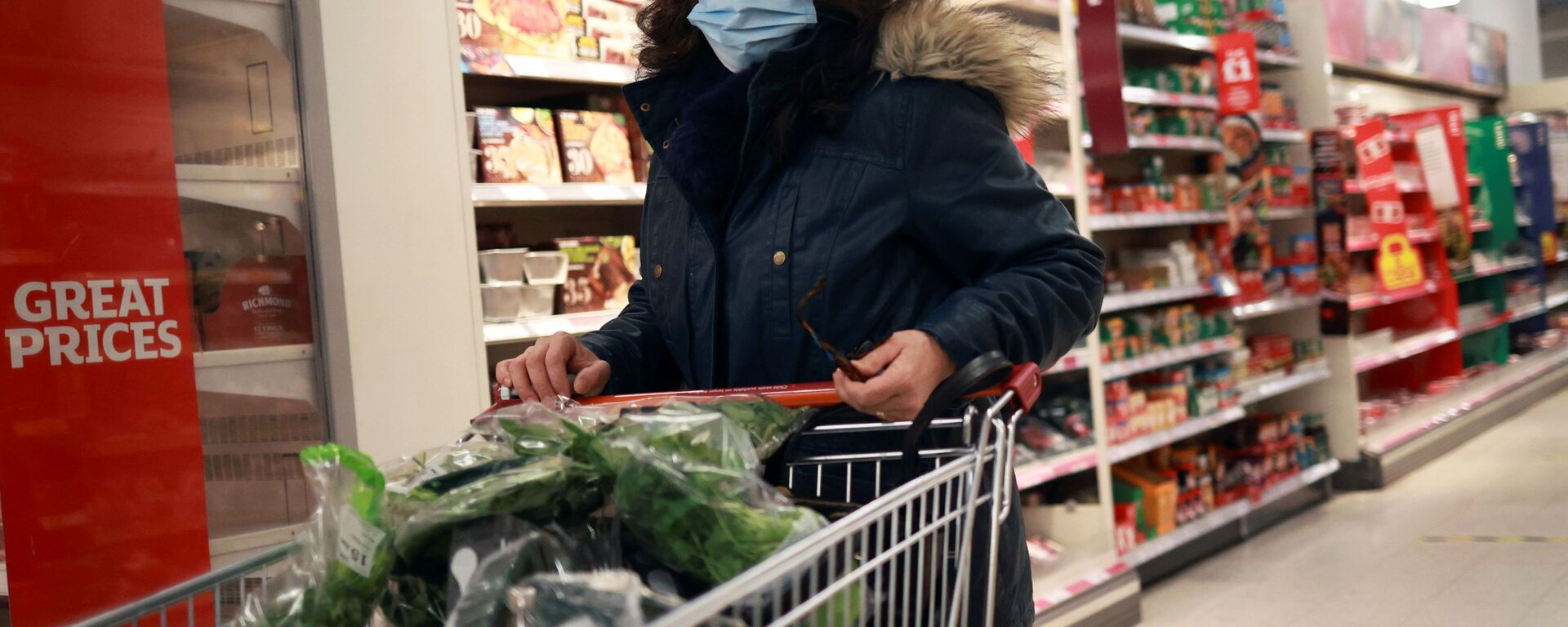 Женщина в защитной маске в супермаркете - Sputnik Латвия, 1920, 12.02.2021