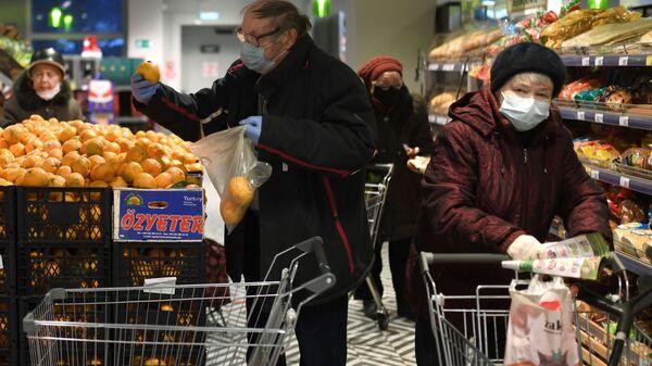 Посетители магазина в защитных масках - Sputnik Латвия