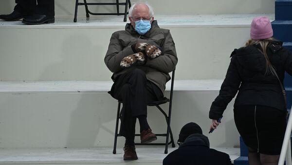 Senators Bērnijs Sanderss prezidenta inaugurācijai uzvilka interesantus dūraiņus, kuri latviešiem atsauca atmiņā savu tradicionālo apģērba elementu - Sputnik Latvija