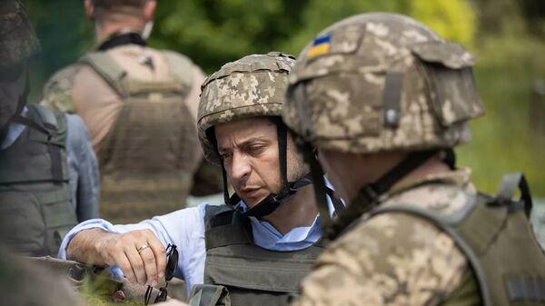 Президент Украины Владимир Зеленский во время визита в Донбасс - Sputnik Латвия