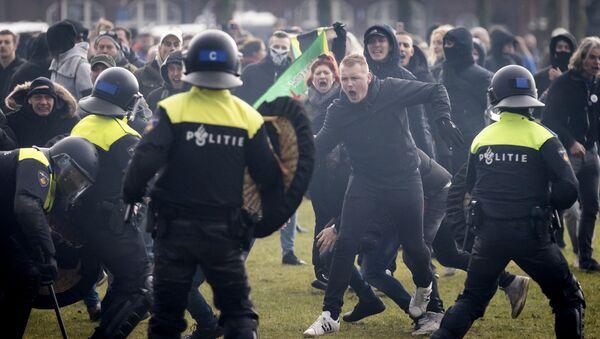 Протесты в Нидерландах против мер, введенных правительством для борьбы с COVID-19 - Sputnik Латвия
