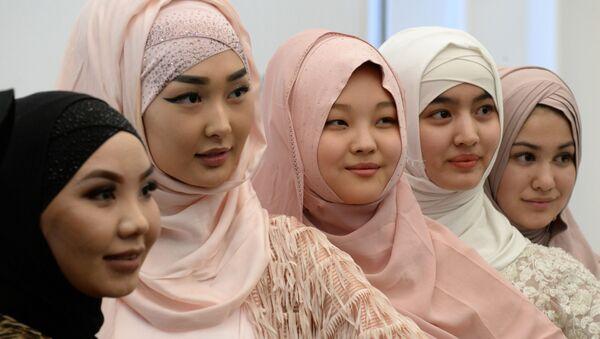 Девушки на праздновании Всемирного дня хиджаба в Бишкеке, Кыргызстан - Sputnik Латвия