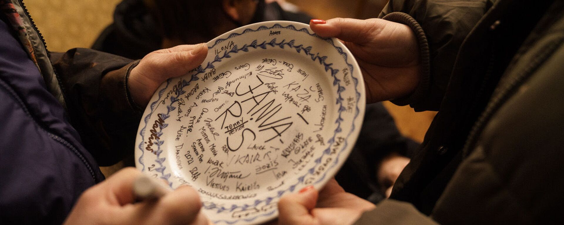 Перед съемками на счастье традиционно разбили тарелку с названием фильма и подписями задействованных в нем - Sputnik Латвия, 1920, 31.01.2021