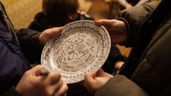Перед съемками на счастье традиционно разбили тарелку с названием фильма и подписями задействованных в нем - Sputnik Латвия