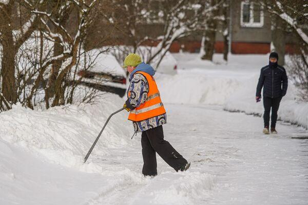 Дворник убирает снег - Sputnik Латвия