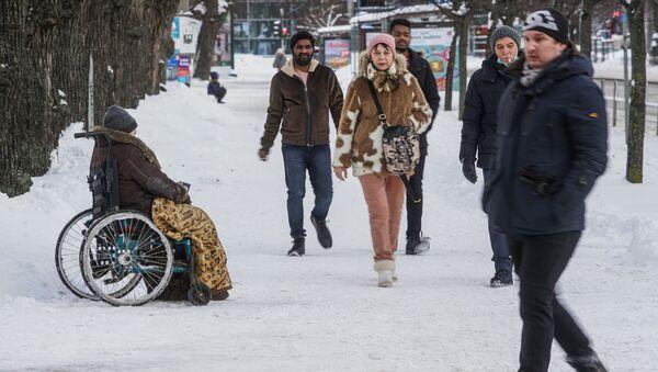 Женщина-инвалид просит милостыню в Риге - Sputnik Latvija
