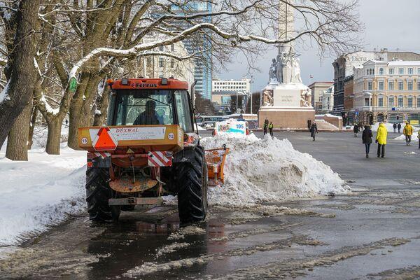 Снегоуборочная техника у памятника Свободы в Риге - Sputnik Латвия