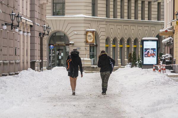 Люди идут по улице в Старой Риге - Sputnik Латвия