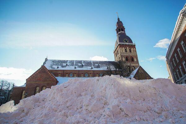Сугробы у Домского собора - Sputnik Латвия