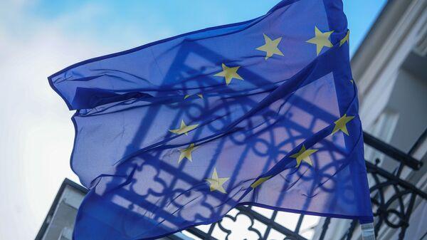 Флаг Евросоюза на здании в Риге - Sputnik Latvija