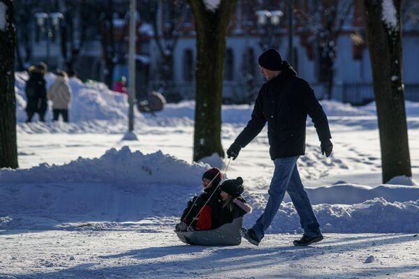 Мужчина с детьми - Sputnik Латвия