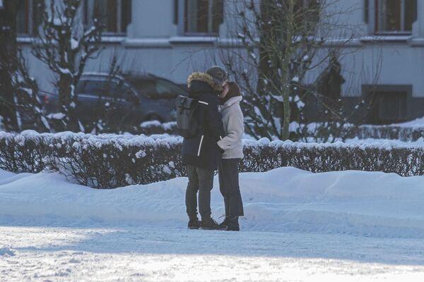 Парень и девушка на улице в Риге - Sputnik Латвия