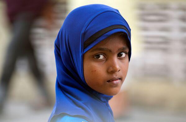 Девочка-рохинджа перед полуденной молитвой в общественной школе в Кланге, Мьянма - Sputnik Latvija