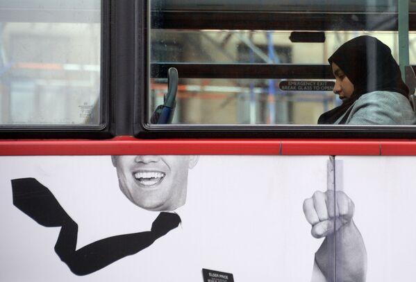 Мусульманская девушка в лондонском автобусе - Sputnik Latvija