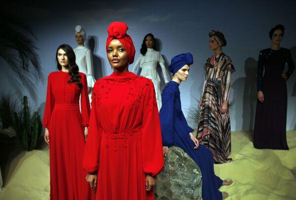 Мусульманская модель Халима Аден во время показа мод в Стамбуле - Sputnik Latvija