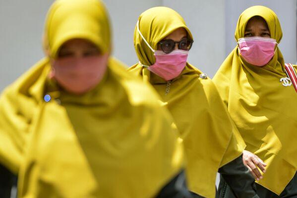 Женщины в хиджабах и масках в Банда-Ачех, Индонезия - Sputnik Latvija