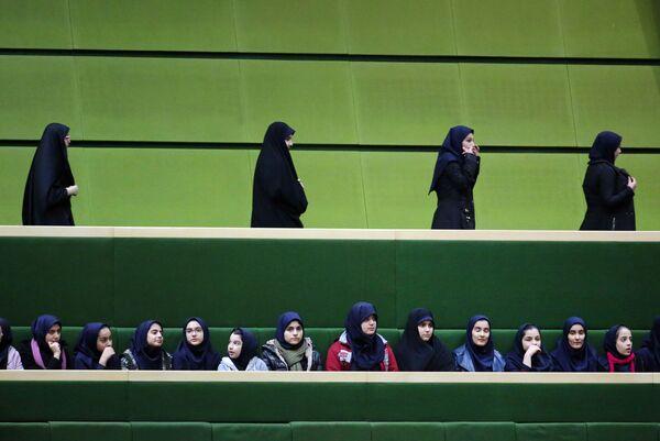 Иранские школьницы присутствуют на речи президента Хасана Рухани в парламенте, Тегеран - Sputnik Latvija