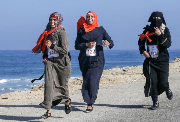 Палестинские женщины принимают участие в марафоне, призывающем к прекращению насилия в отношении женщин, Сектор Газа - Sputnik Latvija