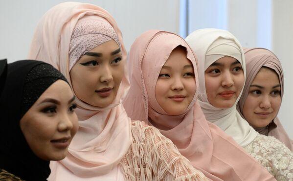 Девушки на праздновании Всемирного дня хиджаба в Бишкеке, Кыргызстан - Sputnik Latvija